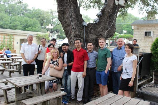 Fotografie české delegace spolu s vedením Harmony Public School v Houstonu