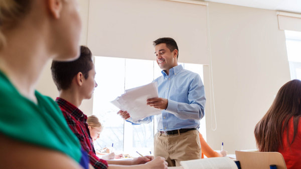 Středoškoláci žádají: plat učitele by měl být závislý i na hodnocení žáků