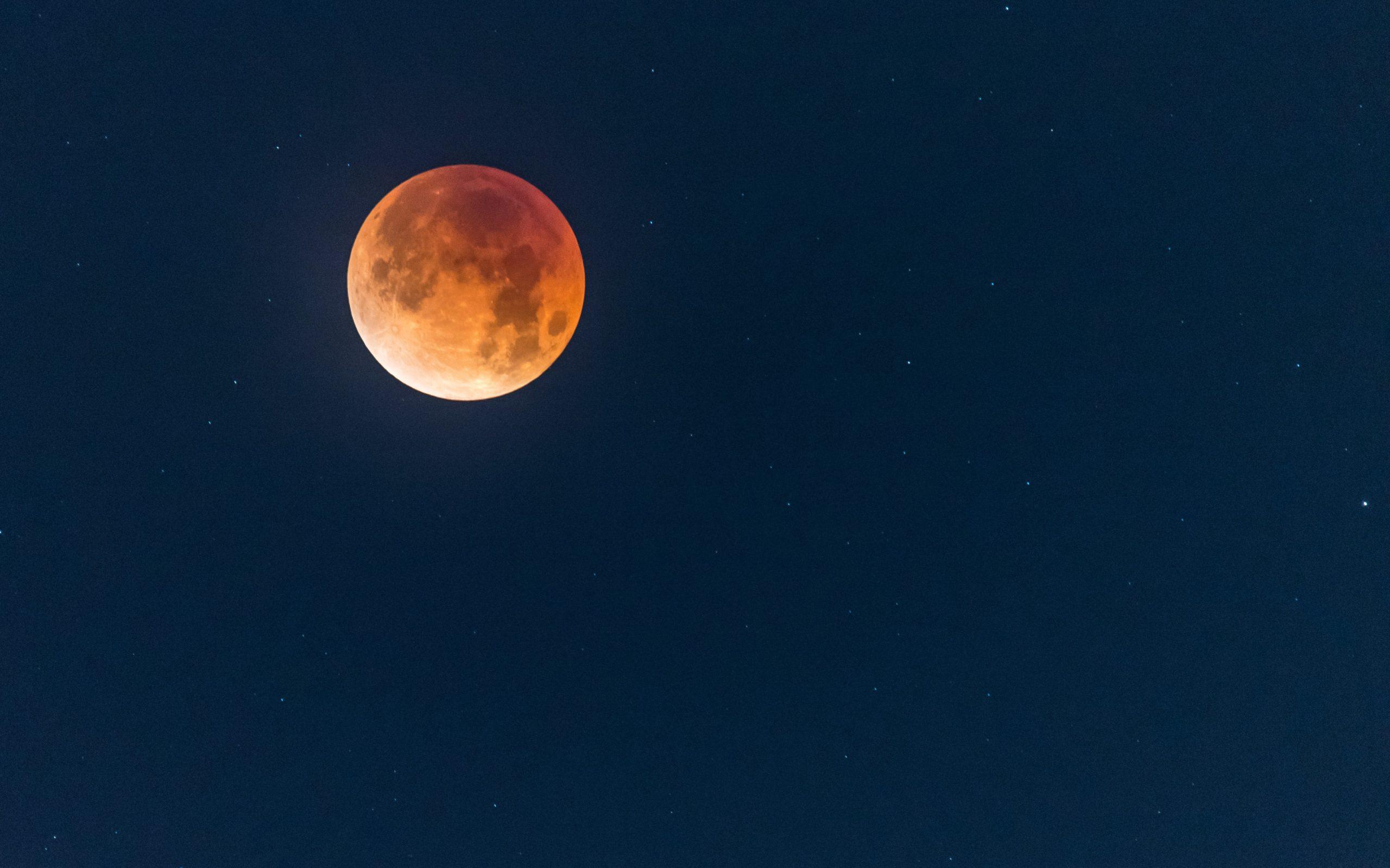 Zatmění Měsíce: Od apokalypsy k úžasu